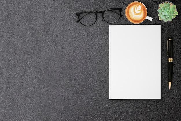 Leeg hardcover canvasboek mock up voor ontwerp boekomslag op zwarte tafel
