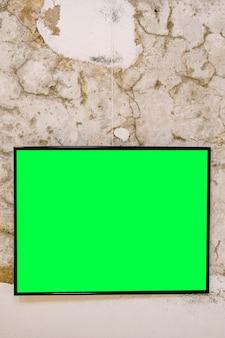 Leeg horizontaal schilderij in zwart frame op stenen muur oppervlak