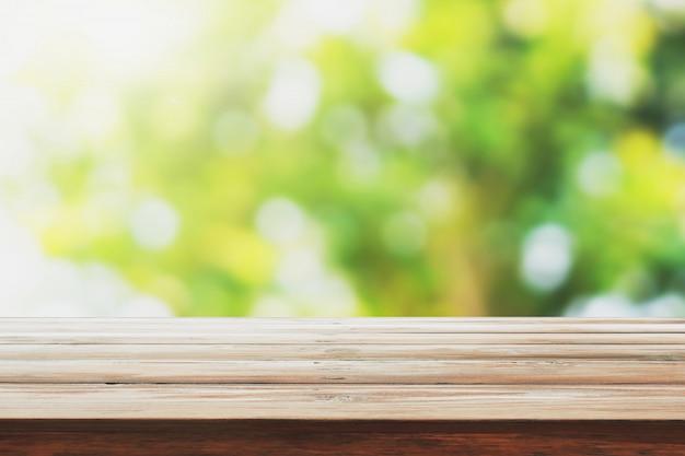 Leeg hout op achtergrond van de onduidelijk beeld de groene aard voor het product van het monteringontwerp