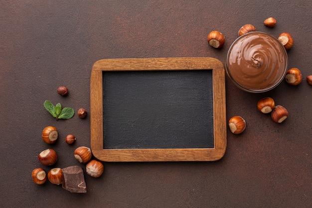 Leeg houten frame met chocolade