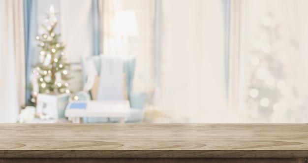 Leeg houten lijstbovenkant met abstract warm woonkamerdecor met kerstmisboom