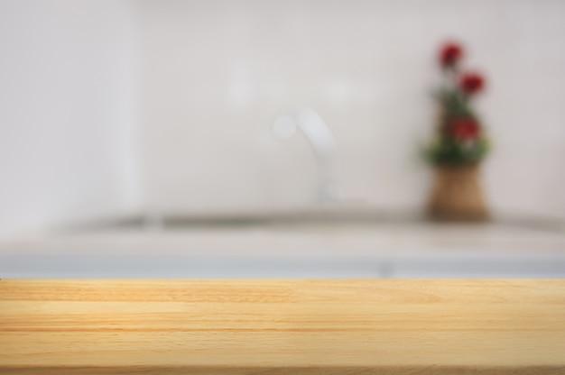 Leeg houten tafel voor wazige keukenachtergrond