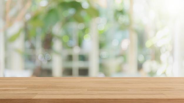 Leeg houten tafelblad en wazig interieur