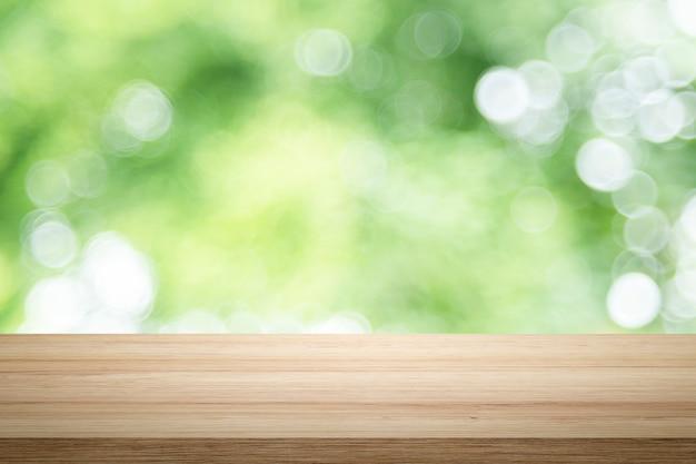 Leeg houten tafelplatform en bokeh bij nacht.