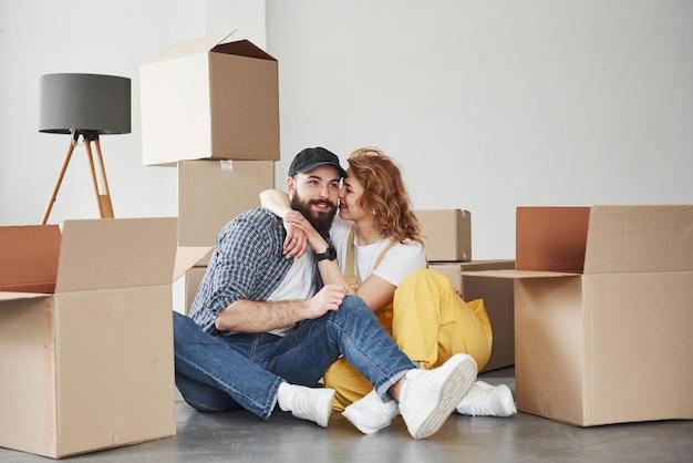 Leeg interieur, dit duurt niet lang. gelukkig paar samen in hun nieuwe huis. conceptie van verhuizen