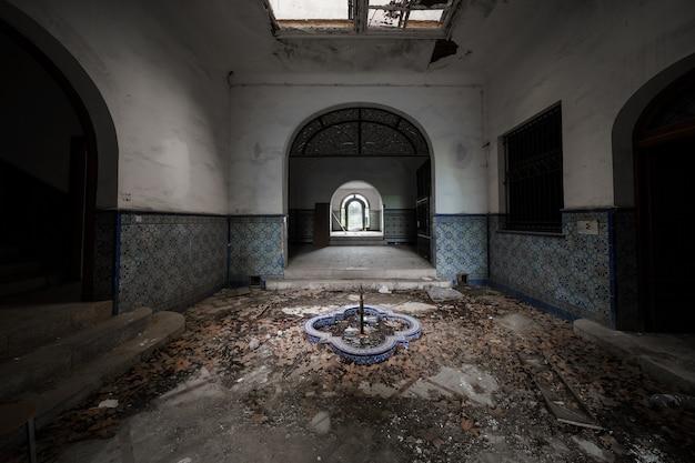 Leeg interieur van een verlaten statig herenhuis