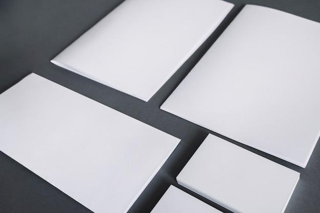 Leeg kantoorbehoeftenconcept met documenten en bedrijfsauto's