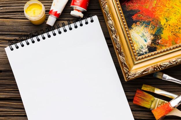 Leeg kladblok en geschilderd frame