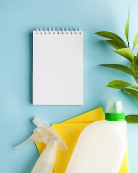 Leeg kladblok voor tekst, lijst omgeven door huishoudelijke chemicaliën, vodden