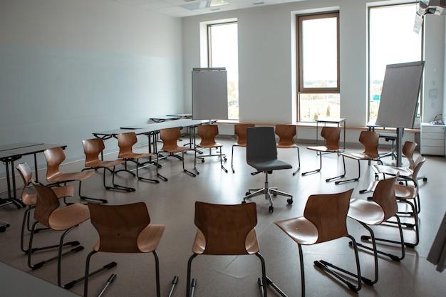 Leeg klaslokaal. modern klaslokaal. handig publiek voor lessen. stoelen staan in een cirkel.