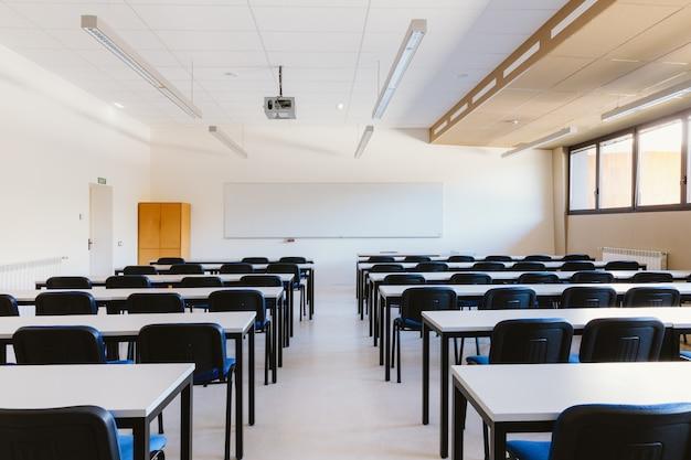 Leeg klaslokaal op onderwijsuniversiteit