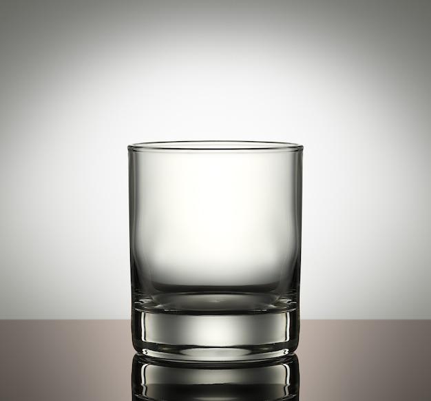 Leeg klassiek glas op een witte achtergrond