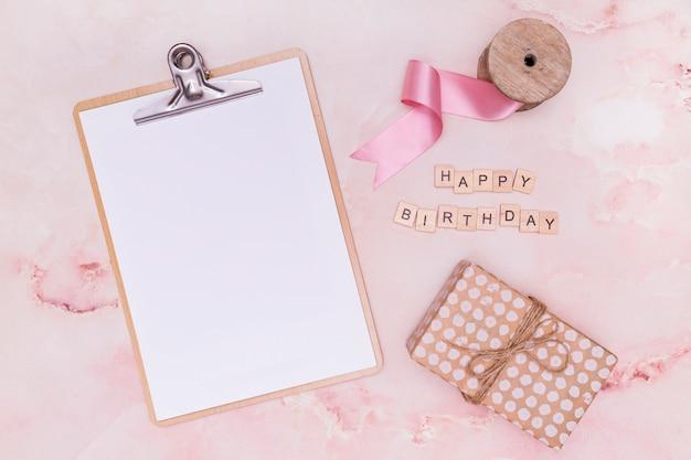 Leeg klembord naast verjaardagslevering