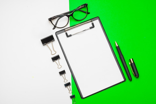 Leeg klembordpapier op heldergroen papier, exemplaarruimte