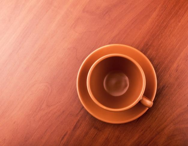 Leeg kopje thee op tafel