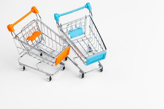Leeg kruidenierswinkelstuk speelgoed boodschappenwagentje op lijst