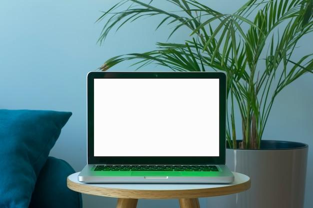 Leeg laptopscherm online werken of studeren vanuit huis aan een bureau en laptop van hoge kwaliteit foto