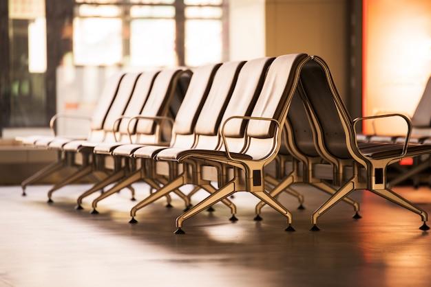 Leeg luchthaven eindwachtend gebied met stoelen