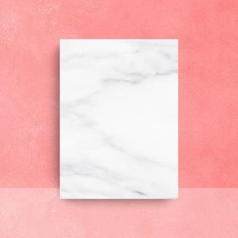 Leeg marmer op wit. uw producten weergeven of monteren.