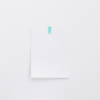 Leeg memorandum op witte muur