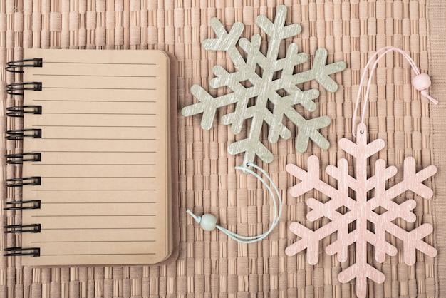 Leeg notitieboekje en decoratieve sneeuwvlokken, ruimte