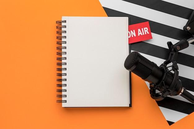 Leeg notitieboekje en microfoon