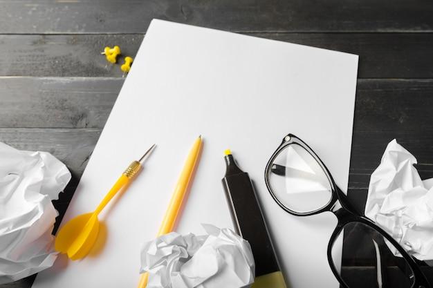 Leeg notitieboekje en potlood met glazen op houten lijst
