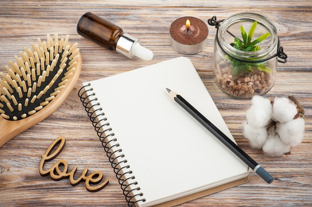 Leeg notitieboekje, haarborstel