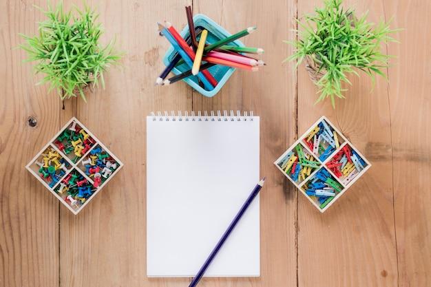 Leeg notitieboekje in het midden van kantoorbehoeften en installaties
