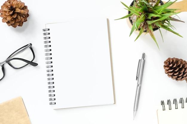 Leeg notitieboekje is bovenop witte bureaulijst met levering.