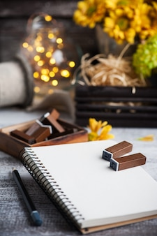Leeg notitieboekje met aangestoken lichten en chrysant