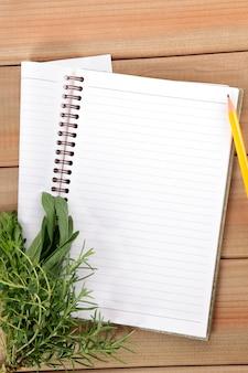 Leeg notitieboekje met een bos van kruiden