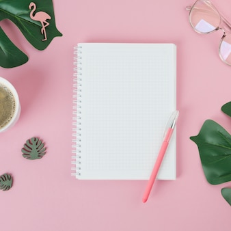 Leeg notitieboekje met pen op tafel