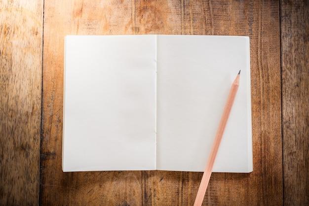 Leeg notitieboekje met potlood