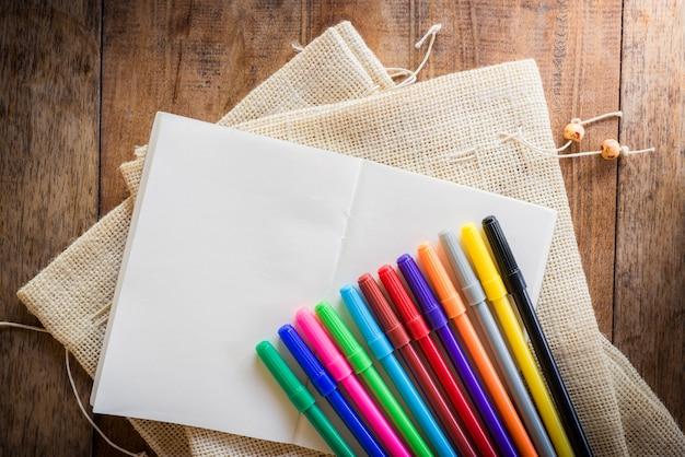 Leeg notitieboekje met vele kleurentellers