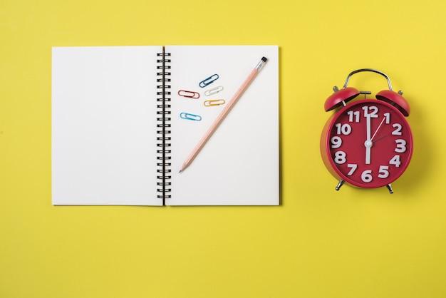 Leeg notitieboekje op de werkruimte