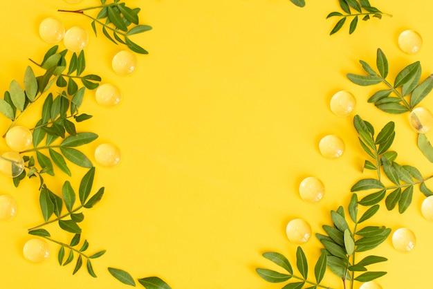 Leeg notitieboekje op gele achtergrond.