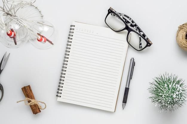 Leeg notitieboekje op kerstmis en nieuwjaartijd