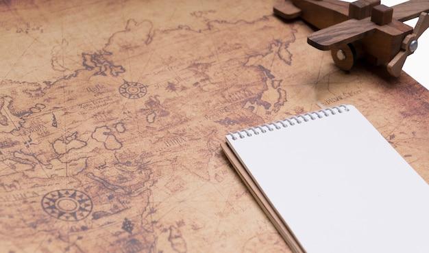 Leeg notitieboekje op retro kaart voor reisconcept Premium Foto