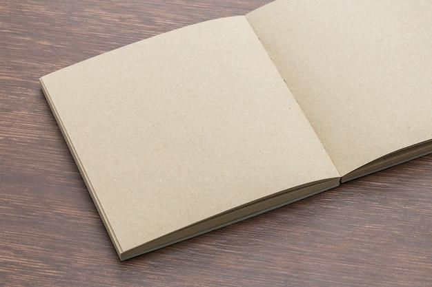 Leeg notitieboekje opschudden