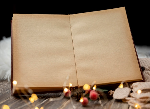 Leeg oud boek met kerstverlichting