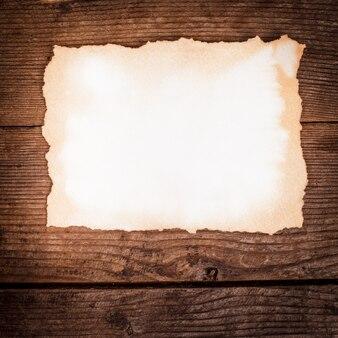 Leeg oud papier op de houten achtergrond
