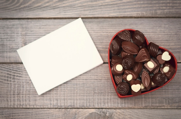 Leeg papier en geopende chocoladedoos