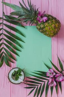 Leeg papier en heerlijke vruchten op houten oppervlak