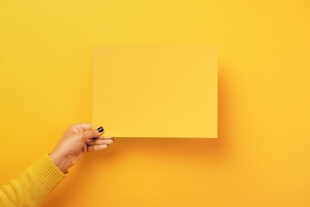Leeg papier in de vrouwelijke hand