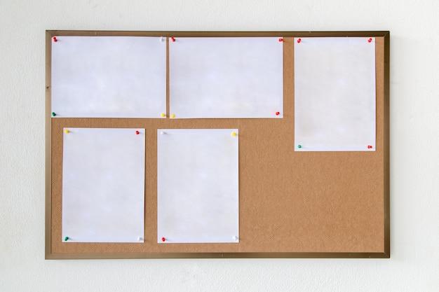 Leeg papier op hardboard