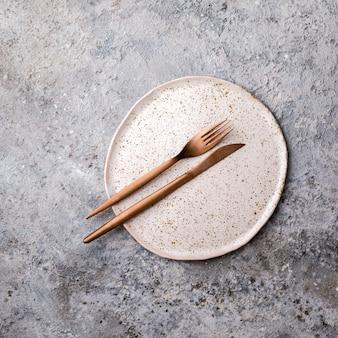 Leeg plaatvork en mes. dieet concept. minimalisme.