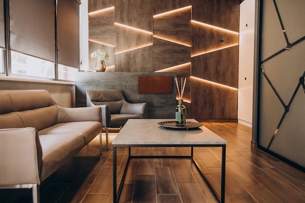 Leeg plat interieur met elementen van decoratie