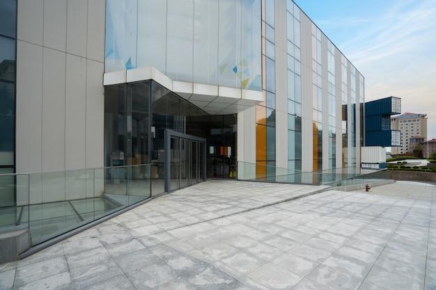 Leeg plein en modern kantoorgebouw, qingdao, china