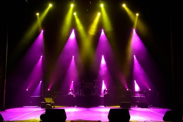 Leeg podium. veelkleurige lichten, lichtshow tijdens het concert.